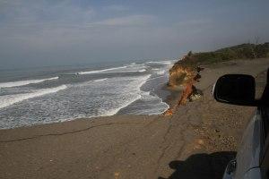 Kondisi Jalan Rusak di Tepi Pantai Barat Sumatera